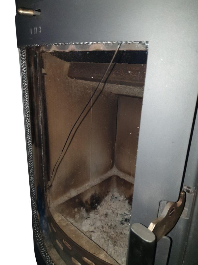 Sichtscheibe von dem Kaminofen nach dem Einbau gerissen - Ofenbetreiber zieht Scheibenhalter zu fest an