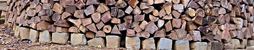 Das Grundgerüst aus Steinen - Vorraussetzung für den Bau einer Holzmiete